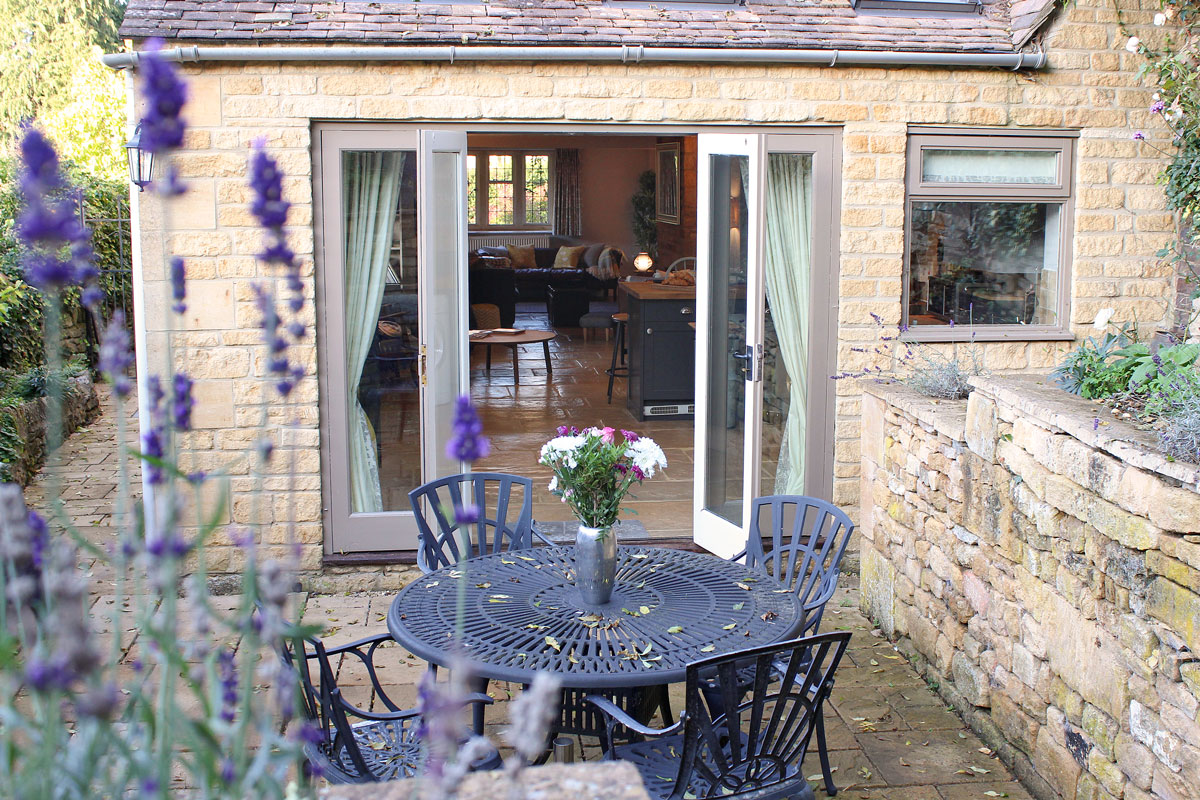2-Glebe-Cottages-Outdoor-dining-Cotswolds-Country-Idyll-Cottages